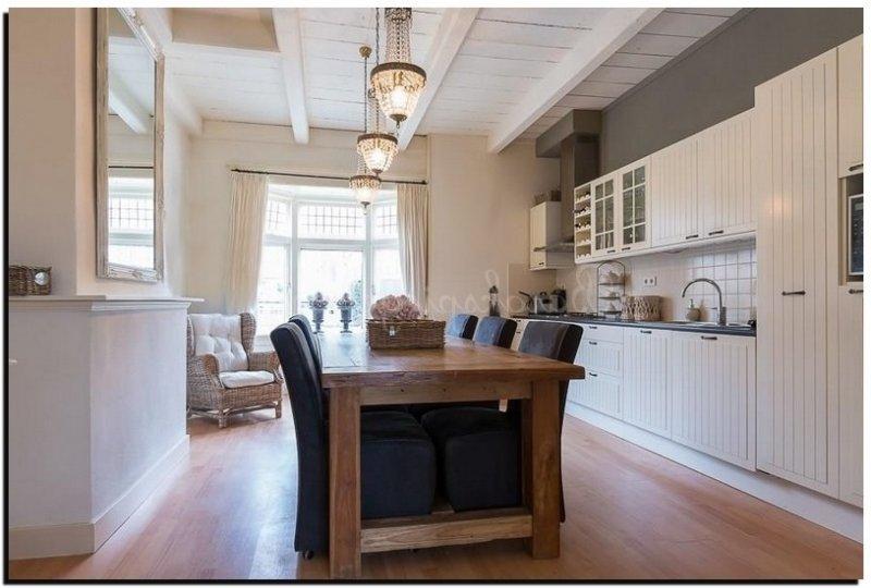 Strakke witte keuken met kookeiland liefhebbers van een moderne