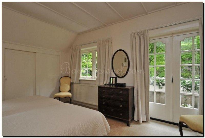 grote ovale spiegel in slaapkamer boven kastje