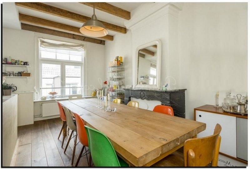 Spiegels boven een schouw - Tweekleurige keuken ...