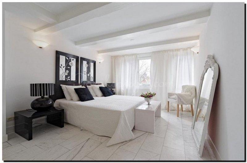 grote spiegel witte lijst met kuif in slaapkamer
