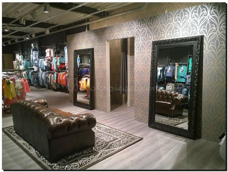 Grote spiegel zwart in winkel