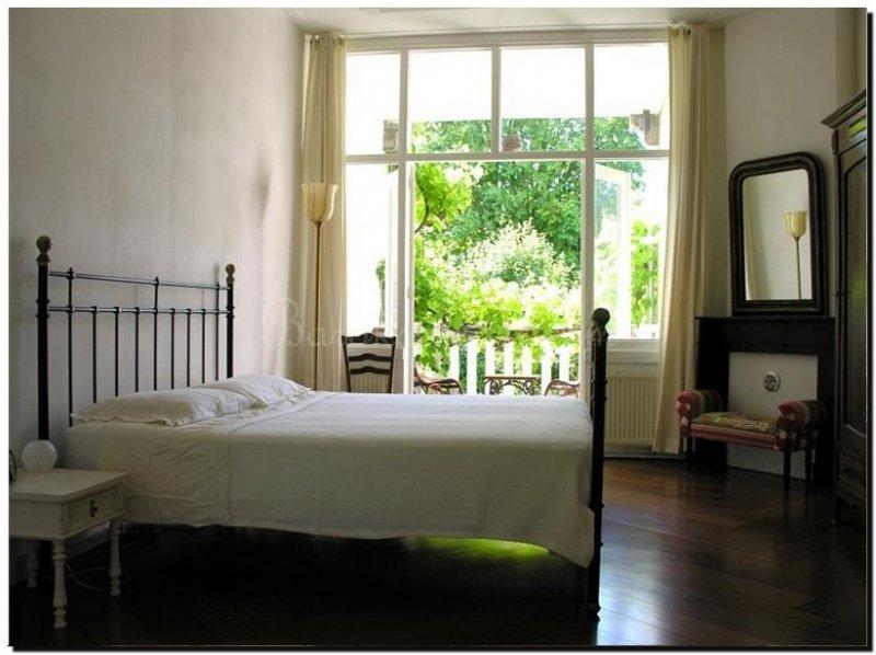 Zwarte Slaapkamer Ideeen : Zolder slaapkamer met zwarte vloer en witte muren slaapkamer ideeën