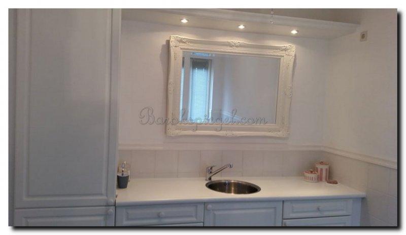 Witte Barok Spiegel : Grote witte oosterse spiegel met open houtsnijwerk van lotusbloemen