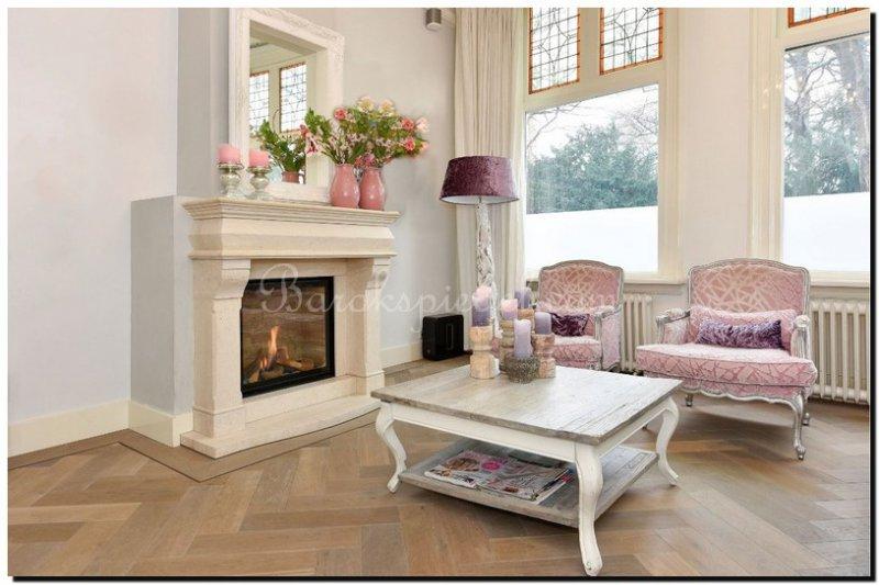 Witte Barok Spiegel : Een witte spiegel op de schouw barokspiegel