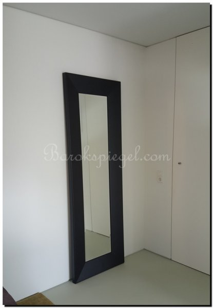 Grote zwarte spiegel als woonaccessoire for Spiegel zwarte lijst